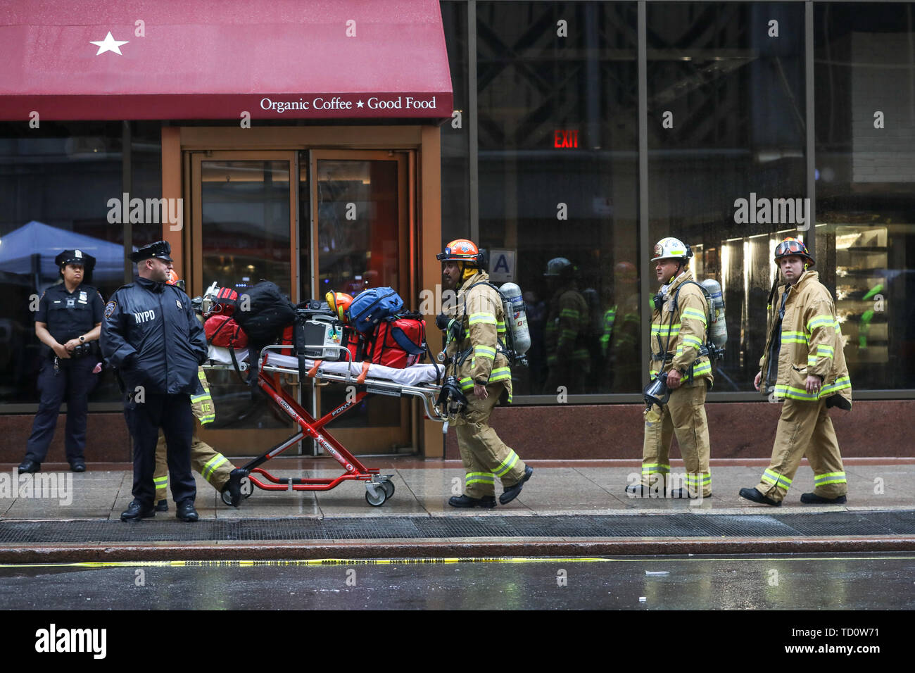 New York, United States. 10th June, 2019. A helicopter made an emergency landing and caught fire on Monday afternoon (10) on a building on 7th Avenue in Manhattan. One person died, New York authorities assumed the victim was the pilot of the aircraft, which did not carry passengers. No one in the building or on the ground was injured. (PHOTO: WILLIAM VOLCOV/BRAZIL PHOTO PRESS) Credit: Brazil Photo Press/Alamy Live News - Stock Image