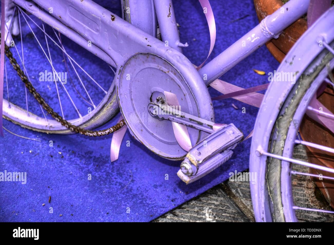 Fahrrad, Rad, Violett, lackiert, Rad, Reifen, defekt, Kette, Dynamo, Speichen, Vollgummi, Vollgummireifen, abgestellt, Kettenschutz, Halterung, Masche Stock Photo