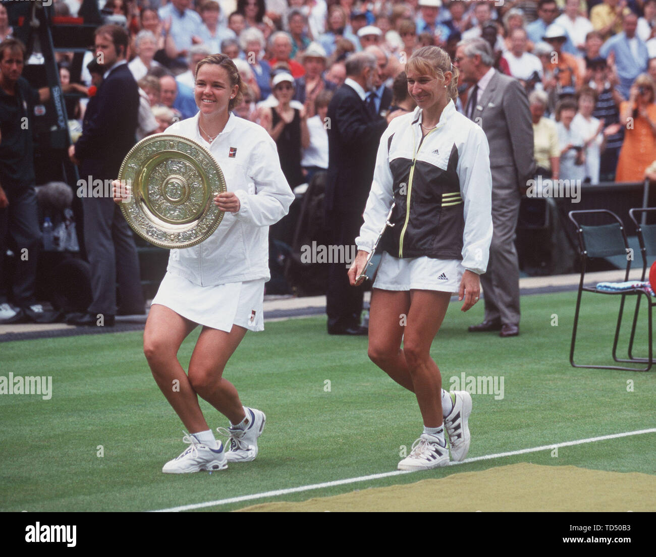 Steffi GRAF turns 50 on June 14, 2019, SN300699Graf_SP.jpg Steffi GRAF (r.), Germany, with Lindsay DAVENPORT, USA, at the award ceremony after the final; whole figure, both make a Hofknicks, Davenport holds winner's cup in the hand. Qf. å | usage worldwide - Stock Image