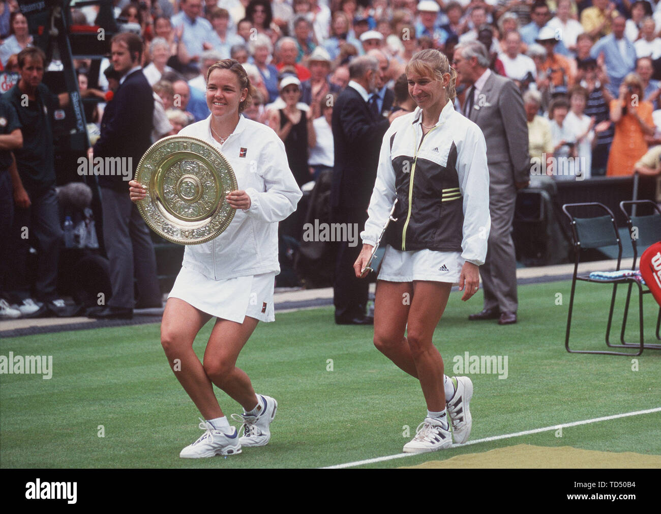 Steffi GRAF turns 50 on June 14, 2019, SN06079908SP.jpg Tennis Wimbledon 1999, Steffi GRAF with Lindsay DAVENPORT after the lost Wimbledon final SVEN SIMON # Huyssenallee 40-42 # 45128 Essen # tel.0201/234556 fax: 0201/234539 Kto .1428150 Commerzbank Essen BLZ 36040039 Image can be digitally in color on Leonardo Pro be transferred, or APIS ONLINE at 089 455022 62. | usage worldwide - Stock Image