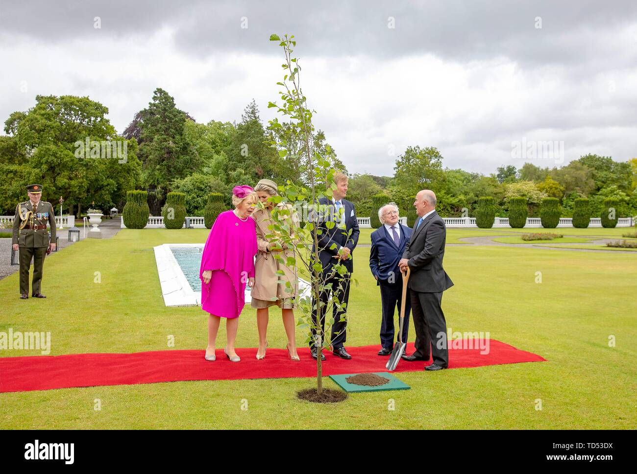 Dublin, Ireland. 12th June, 2019. King Willem-Alexander and Queen Maxima of The Netherlands received by President Higgins and his wife Sabina Higgins at A?ras an Uachtara?in, the Presidential Palace in Dublin, on June 12, 2019, planting a tree at the 1st of a 3 days State-visit to Ireland Photo : Albert Nieboer/ Netherlands OUT/Point de Vue OUT | Credit: dpa/Alamy Live News - Stock Image