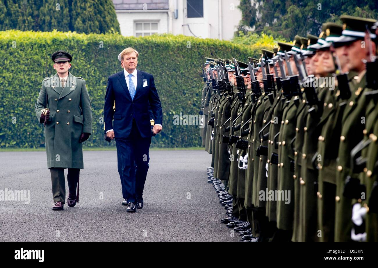 Dublin, Ireland. 12th June, 2019. King Willem-Alexander of The Netherlands received by President Higgins and his wife Sabina Higgins at A_ras an Uachtara_in, the Presidential Palace in Dublin, on June 12, 2019, during the welcome ceremony at the 1st of a 3 days State-visit to Ireland Photo : Albert Nieboer/ Netherlands OUT/Point de Vue OUT | Credit: dpa/Alamy Live News - Stock Image