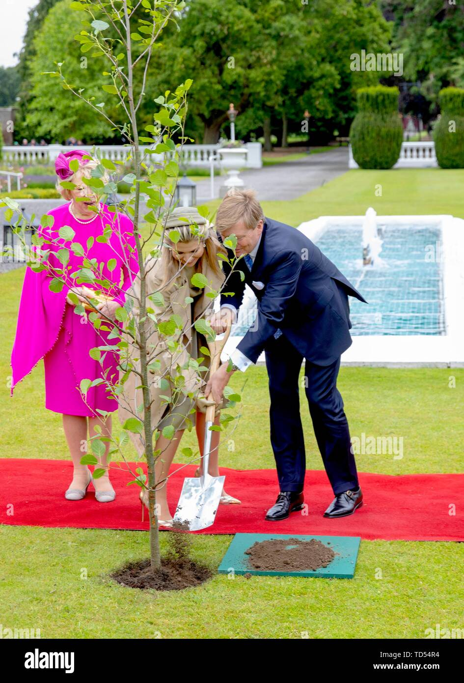 Dublin, Ireland. 12th June, 2019. King Willem-Alexander and Queen Maxima of The Netherlands received by President Higgins and his wife Sabina Higgins at A_ras an Uachtara_in, the Presidential Palace in Dublin, on June 12, 2019, planting a tree at the 1st of a 3 days State-visit to Ireland Photo : Albert Nieboer/ Netherlands OUT/Point de Vue OUT | Credit: dpa/Alamy Live News - Stock Image