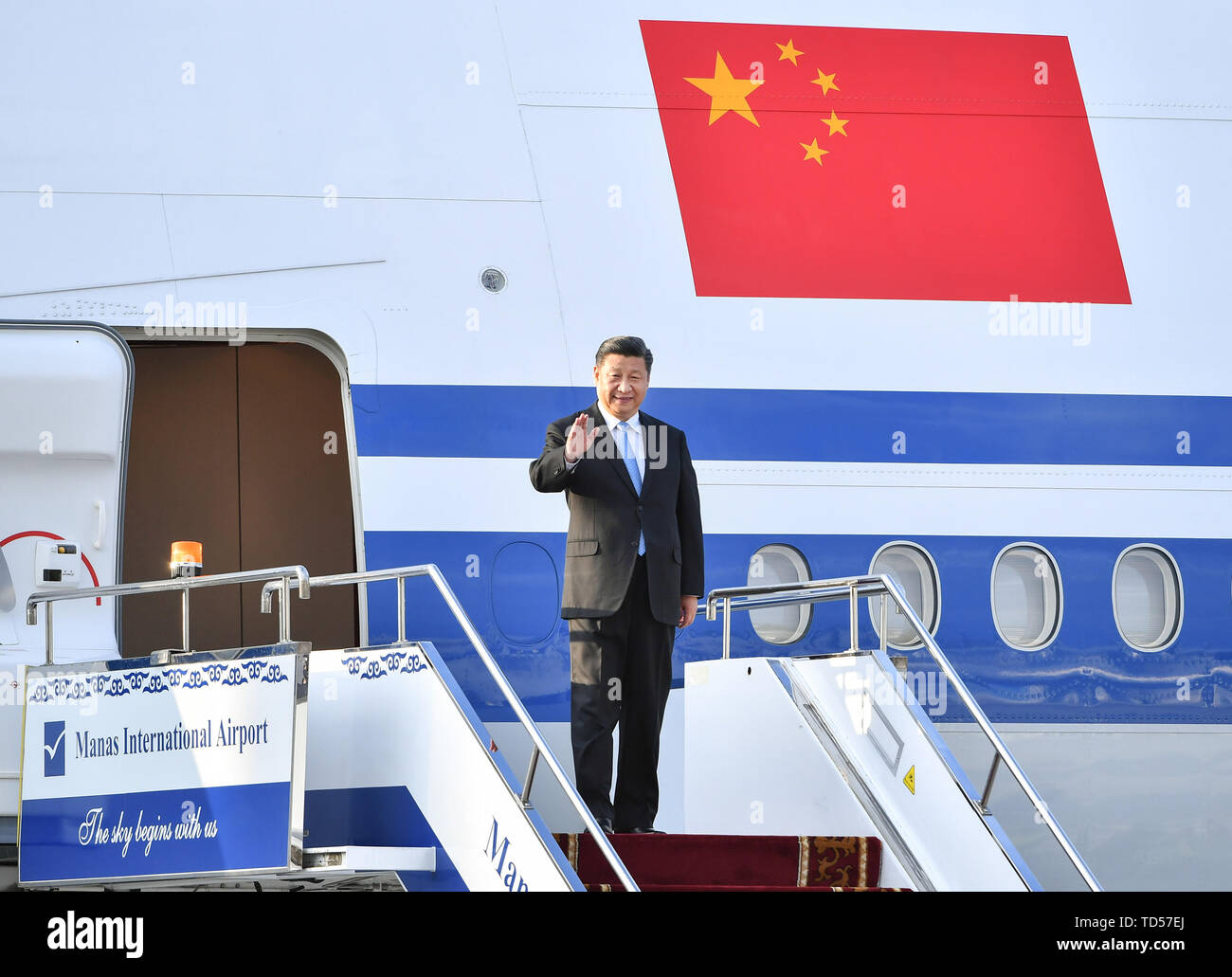 Bishkek, Kyrgyzstan. 12th June, 2019. Chinese President Xi Jinping disembarks from the airplane upon his arrival in Bishkek, Kyrgyzstan, June 12, 2019. Xi arrived here Wednesday for a state visit to Kyrgyzstan and the 19th Shanghai Cooperation Organization (SCO) summit. Credit: Yin Bogu/Xinhua/Alamy Live News - Stock Image