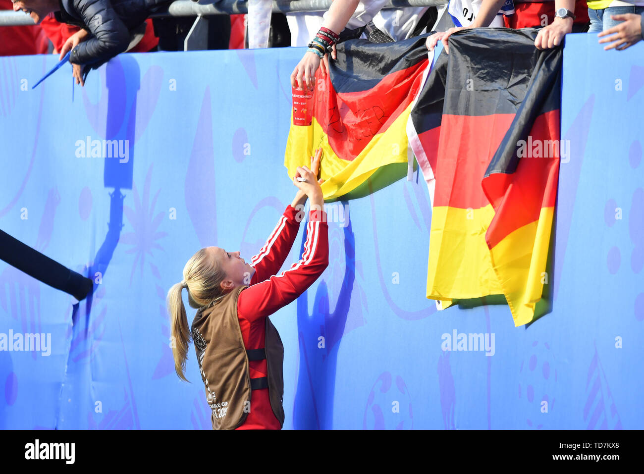 Valenciennes, Frankreich. 12th June, 2019. Turid Knaak (DFB Women) (22) signs Germany flag, 12.06.2019, Valenciennes (France), Football, FIFA Women's World Cup 2019, Germany - Spain, FIFA REGULATIONS PROHIBIT ANY USE OF PHOTOGRAPH AS IMAGE SEQUENCES AND/OR QUASI VIDEO. | usage worldwide Credit: dpa/Alamy Live News - Stock Image