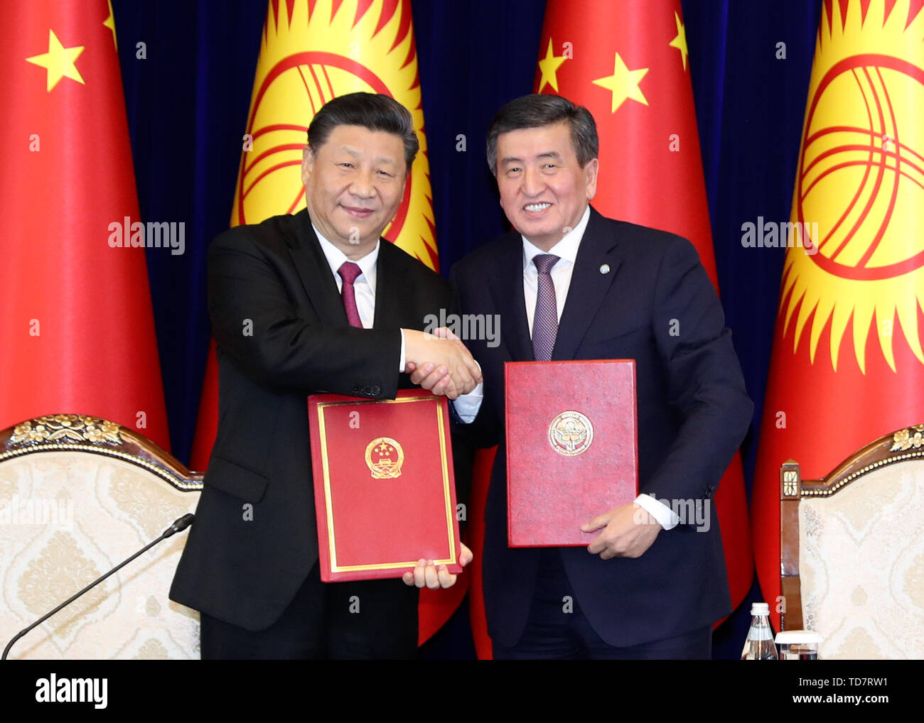 Bishkek, Kyrgyzstan. 13th June, 2019. Chinese President Xi Jinping shakes hands with his Kyrgyz counterpart Sooronbay Jeenbekov after signing the joint statement on taking their countries' comprehensive strategic partnership to new heights in Bishkek, Kyrgyzstan, June 13, 2019. Xi and Jeenbekov held talks here Thursday, agreeing to take their countries' comprehensive strategic partnership to new heights. Credit: Ding Lin/Xinhua/Alamy Live News - Stock Image