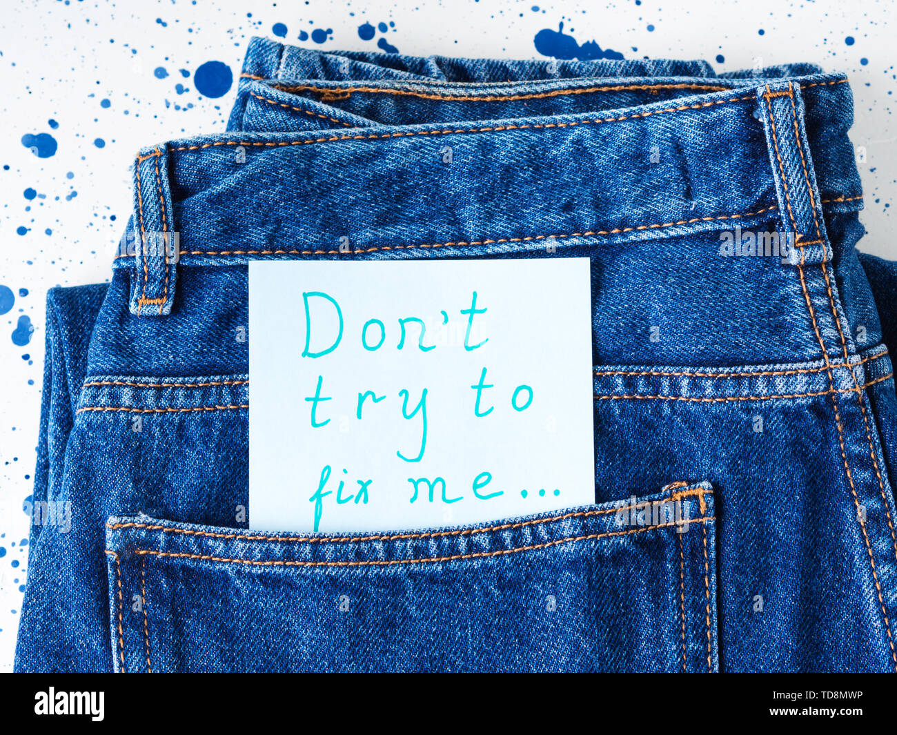 Don't try to fix me written message in jeans pocket. Broken relationship concept - Stock Image