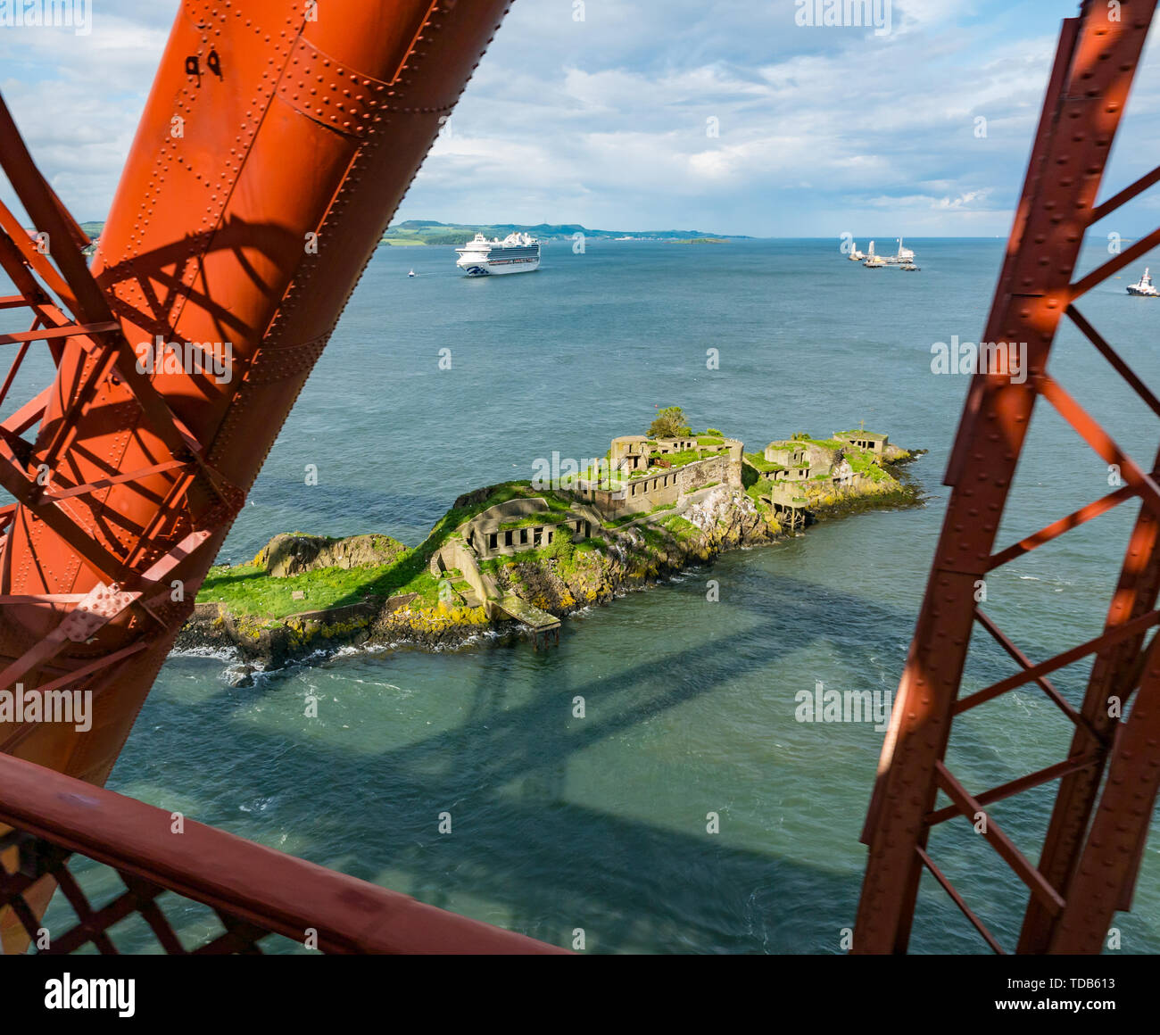 World War defence ruins, Inchgarvie Island, seen from Forth Rail Bridge, Firth of Forth, Scotland, UK - Stock Image