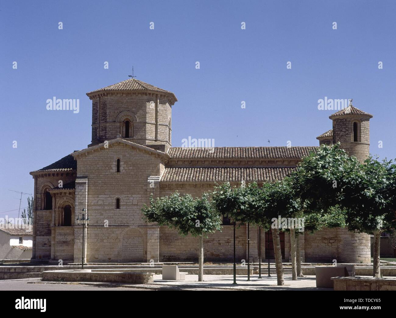 EXTERIOR - IGLESIA DE SAN MARTIN - SIGLO XI - ROMANICO ESPAÑOL - RESTAURADA ENTRE 1896 Y 1904. Location: IGLESIA DE SAN MARTIN. FROMISTA. PALENCIA. SPAIN. - Stock Image