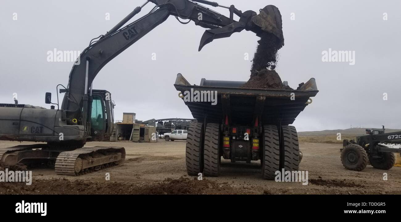 190431-N-JA639-0001  SAN CLEMENTE ISLAND, California (May 31, 2019) Seabees assigned to Naval Mobile Construction Battalion (NMCB) 4 work together to move the batch plant to the mechanic's shop for routine maintenance. NMCB 4 is forward-deployed throughout the Indo-Pacific region ready to support major combat operations, humanitarian assistance and disaster relief and to provide general engineering and civil support to U.S. and joint forces. (U.S. Navy photo by Equipment Operator Constructionman Itzel Contreras/Released) - Stock Image
