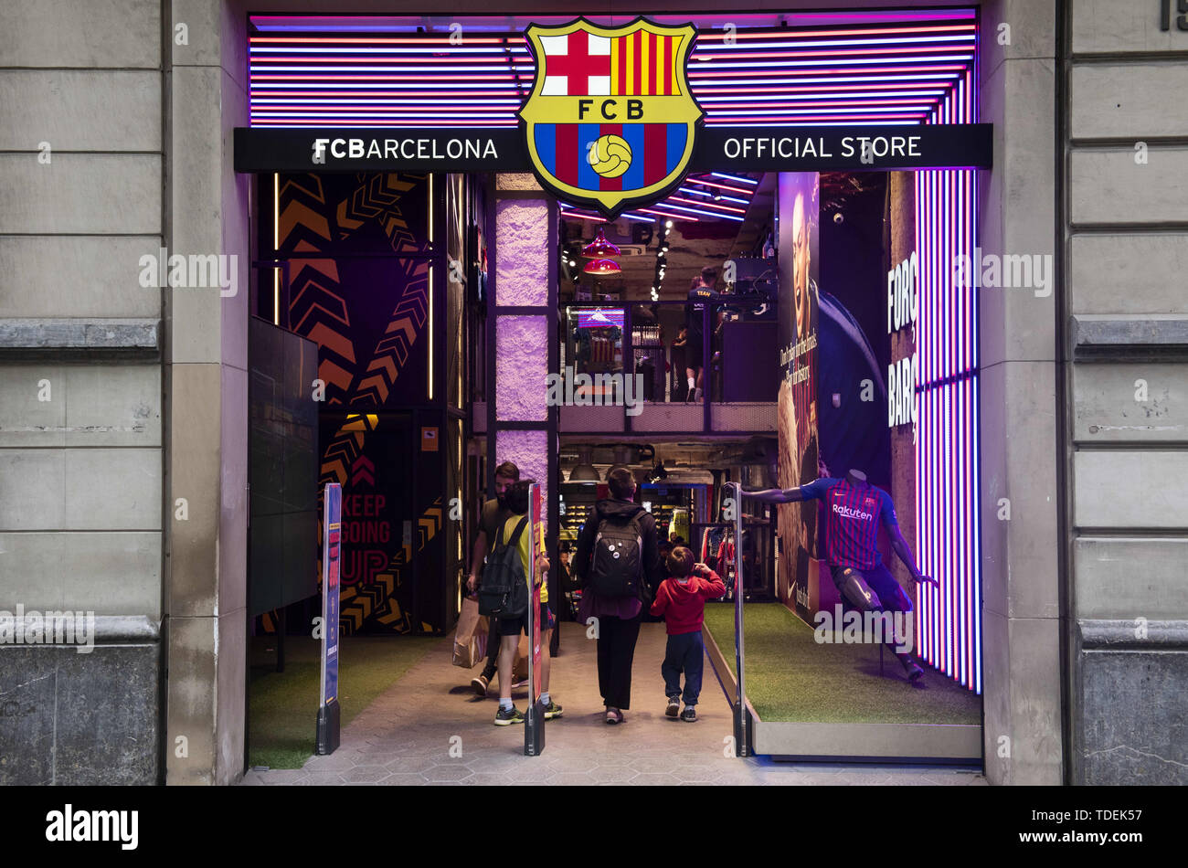 Barcelona, Spain. 29th May, 2019. Customers enter at the Spanish professional football team the Futbol Club Barcelona store in Barcelona. Credit: Budrul Chukrut/SOPA Images/ZUMA Wire/Alamy Live News - Stock Image
