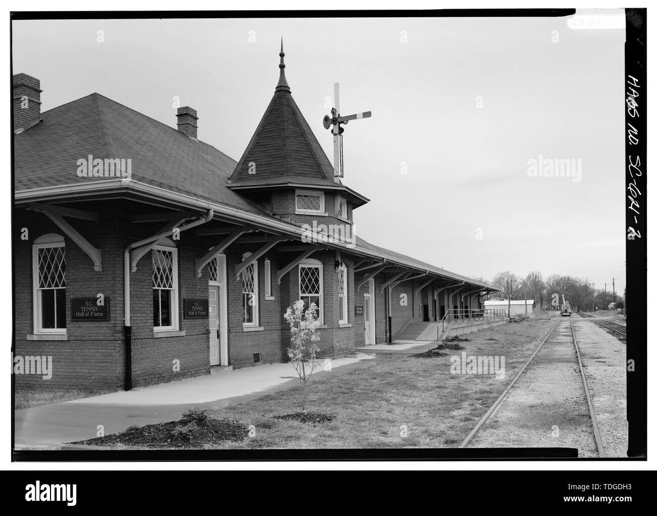 NORTHEAST (FRONT), LOOKING WEST, CLOSER VIEW - Southern Railway Combined Depot, West side of Belton Public Square, Belton, Anderson County, SC; Cary, Brian, transmitter - Stock Image