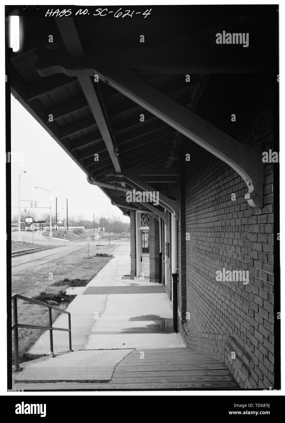 NORTHEAST ELEVATION, VIEW FROM PLATFORM, LOOKING EAST - Southern Railway Combined Depot, West side of Belton Public Square, Belton, Anderson County, SC; Cary, Brian, transmitter - Stock Image