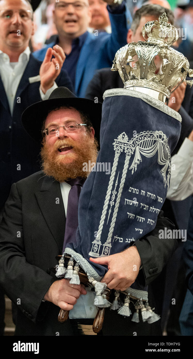 Dresden, Germany. 16th June, 2019. Rabbi Shneor Havlin carries the new Tora role for Dresden from the city hall after the ceremonial inauguration. Credit: Robert Michael/dpa-Zentralbild/dpa/Alamy Live News - Stock Image