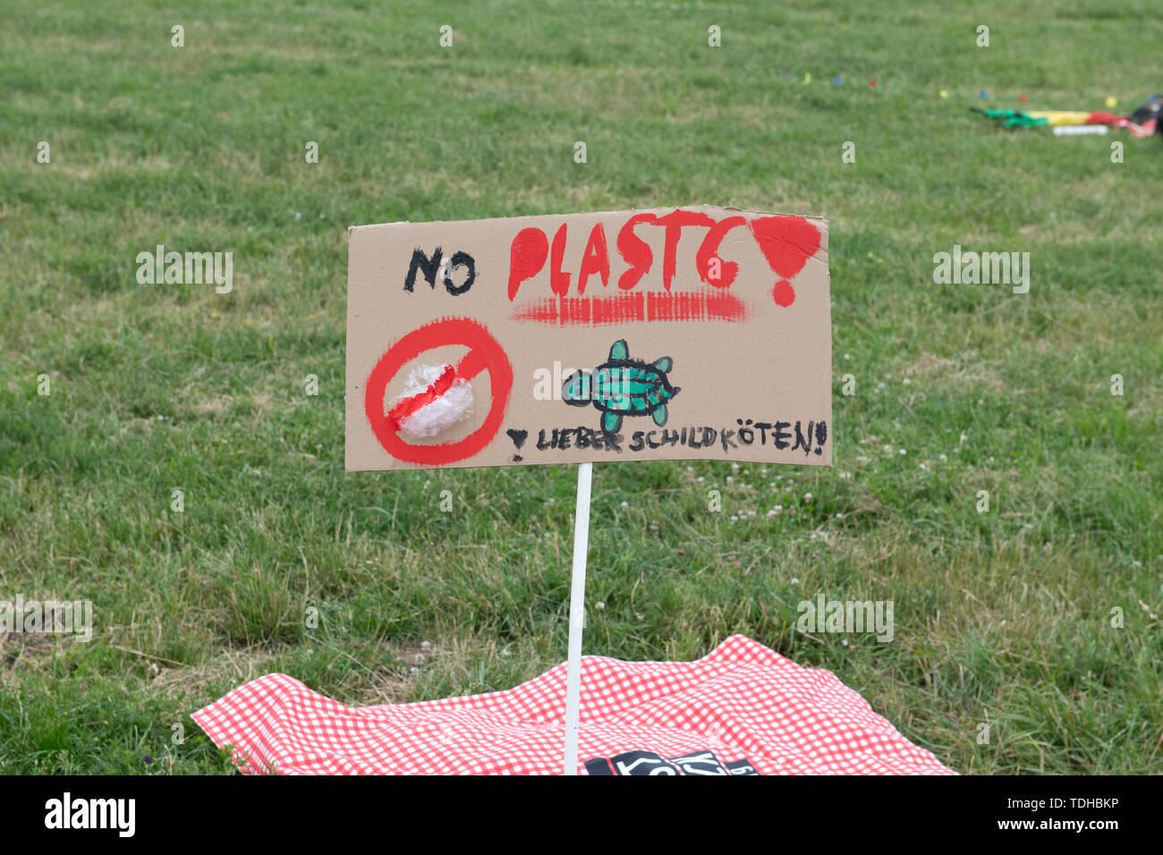 Berlin, Germany. 16th June, 2019. 'No plastic!' is written on the sign at the WWF Germany protest picnic against plastic rubbish that took place on the Tempelhofer Feld. Credit: Paul Zinken/dpa/Alamy Live News - Stock Image