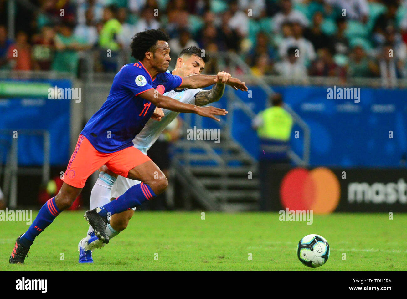15th June 2019, Arena Fonte Nova, Salvador, Bahia, Brazil; Copa America International Football tournament, Argentina versus Colombia;  Germán Pazzella of Argentina challenges Juan Cuadrado of Colômbia - Stock Image