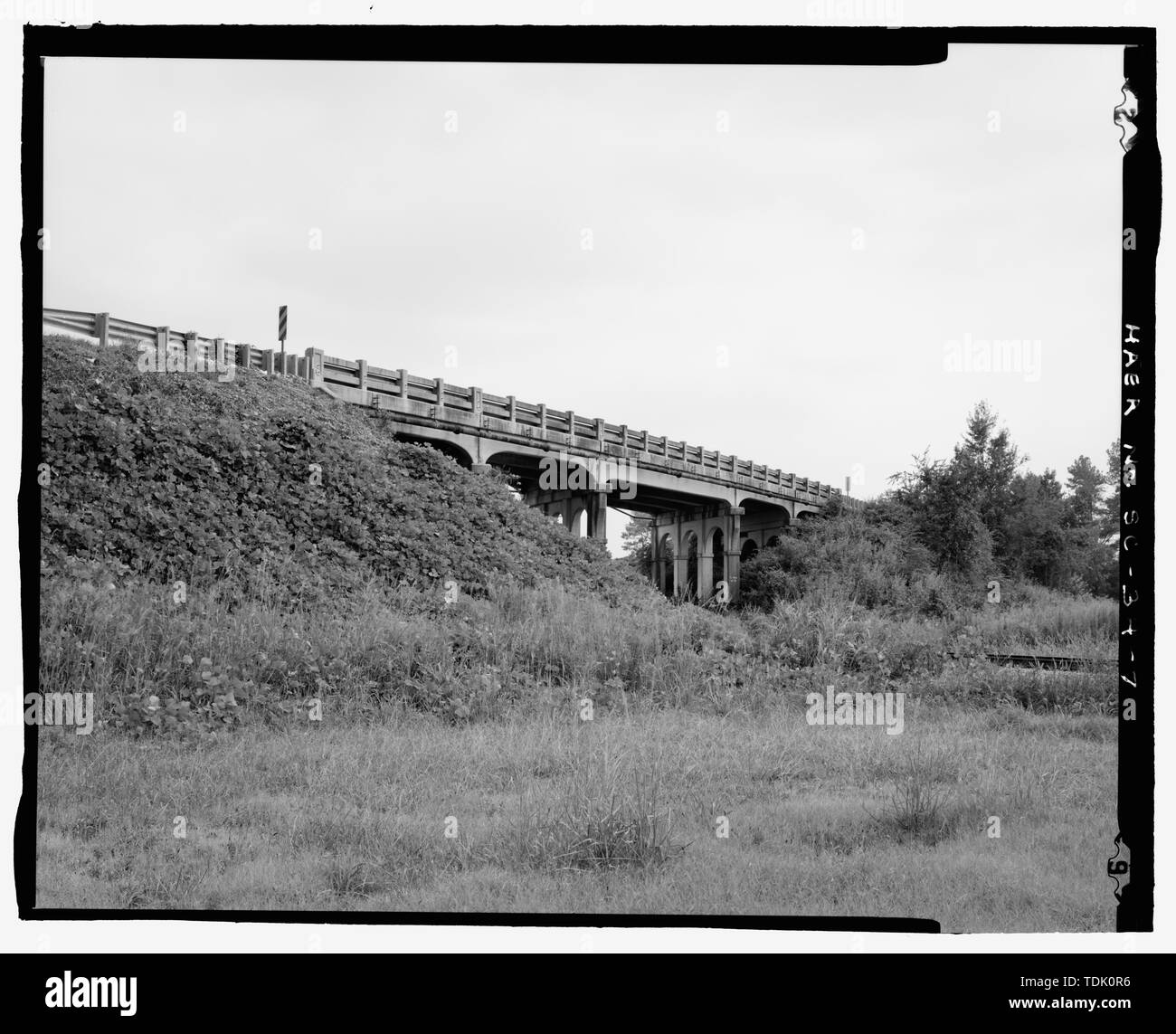 OBLIQUE VIEW OF NORTHWEST EMBANKMENT AND BRIDGE, FACING SOUTH-SOUTHEAST - CSX Railroad Bridge (U.S. Route 76), U.S. Route 76 spanning CSX Railroad, Jalapa, Newberry County, SC; South Carolina State Highway Department; Cherokee Construction Company; South Carolina Department of Transportation; Pennell, J Roy; Moorefield, Charles H; Anderson, N S; Barnwell, Joseph W, Jr; Harwell, A; McGowan, Samuel; Sawyer, Ben M; Gooding, W J; C. N. and L. Railroad; CSX Railroad; New South Associates, contractor; Calloway, Deborah, transmitter - Stock Image
