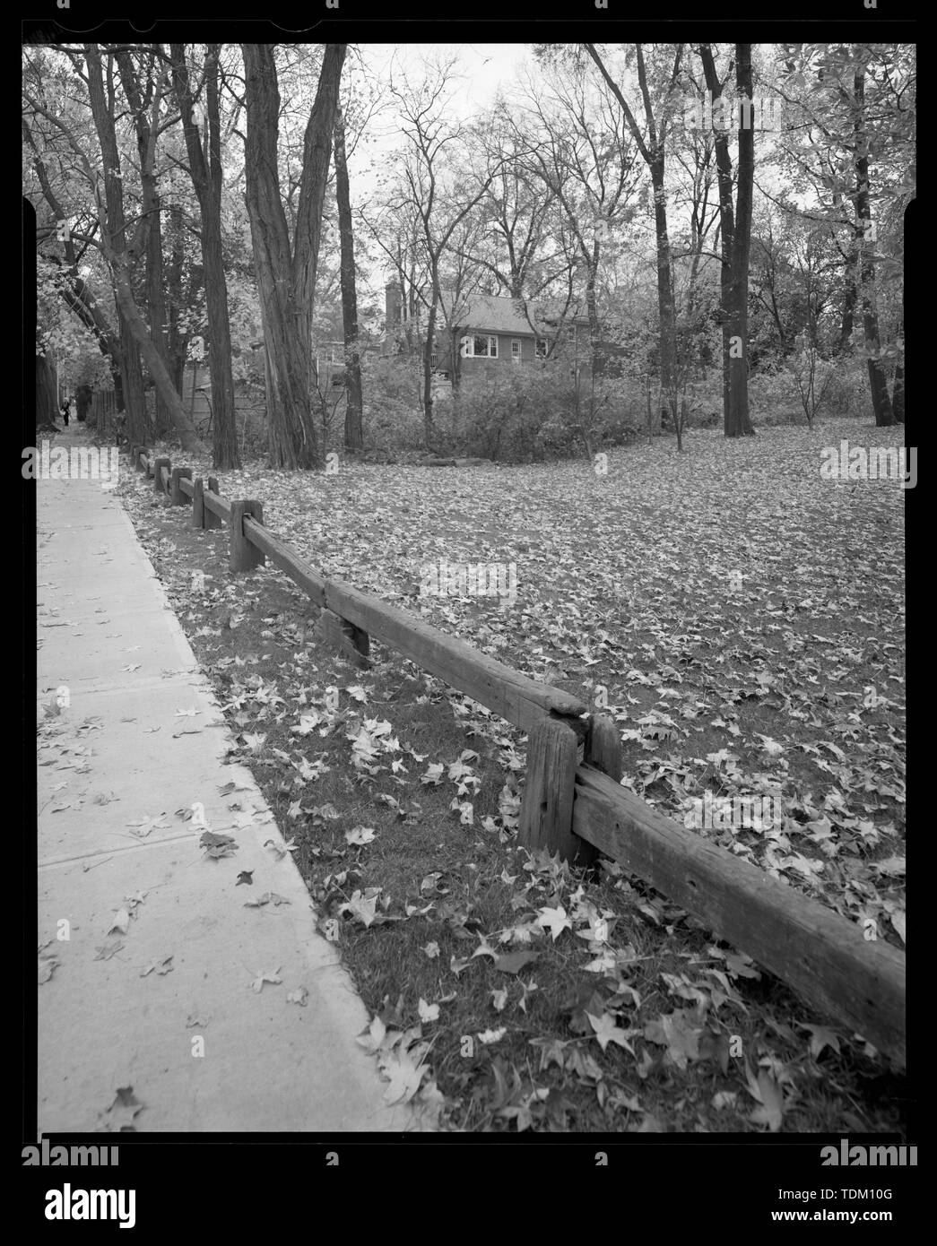 Original parkway timber guardrail along HHP southbound service road in front of River House, 5355 Riverdale Avenue, looking southwest. - Henry Hudson Parkway, Extending 11.2 miles from West 72nd Street to Bronx-Westchester border, New York, New York County, NY - Stock Image