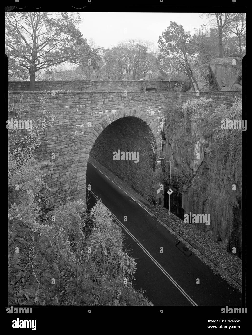 Perspective of Great Stone Arch entrance to Fort Tryon Park from HHP northbound, carrying Margaret Corbin Drive, looking south. - Henry Hudson Parkway, Extending 11.2 miles from West 72nd Street to Bronx-Westchester border, New York, New York County, NY - Stock Image