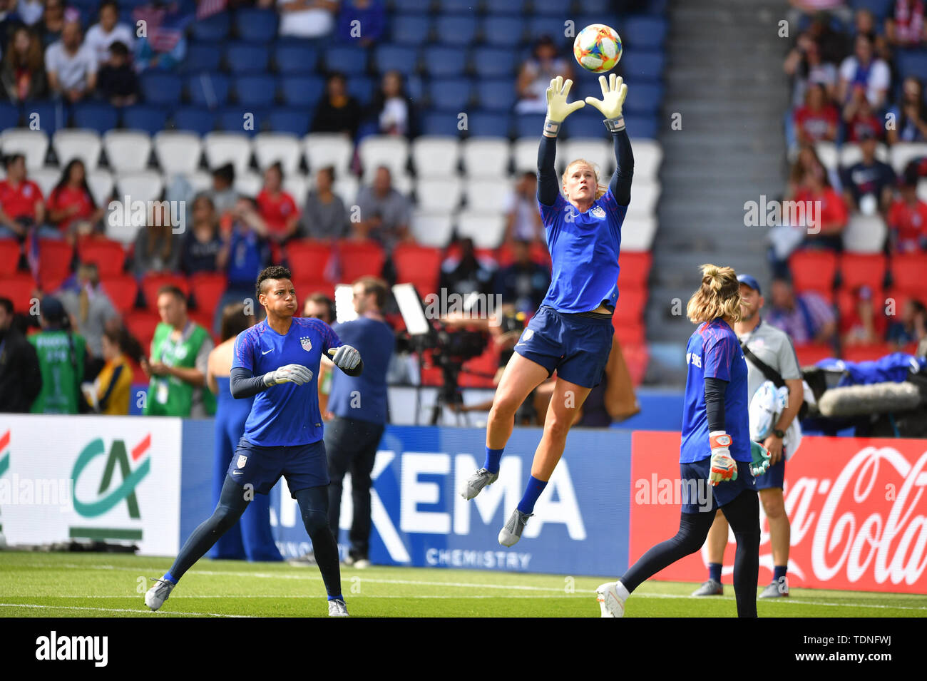 16 june 2019 Paris, France Soccer Women's World Cup France 2019: USA v Chile  Alyssa Naeher (Torhüter, USA) (1) catching Ball at warm up - Stock Image