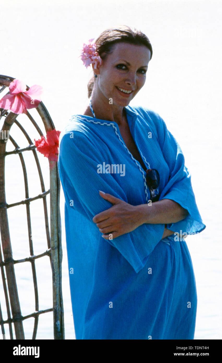 Die deutsche Fernsehmoderatorin, Programmsprecherin, Schauspielerin und ehemalige Miss World Petra Schürmann posiert in einem blauen Kleid auf einem Steg am Meer, ca. 1978. The German television presenter, programme announcer, actress and former Miss World Petra Schürmann poses in a blue dress on a jetty by the sea, ca. 1978. - Stock Image