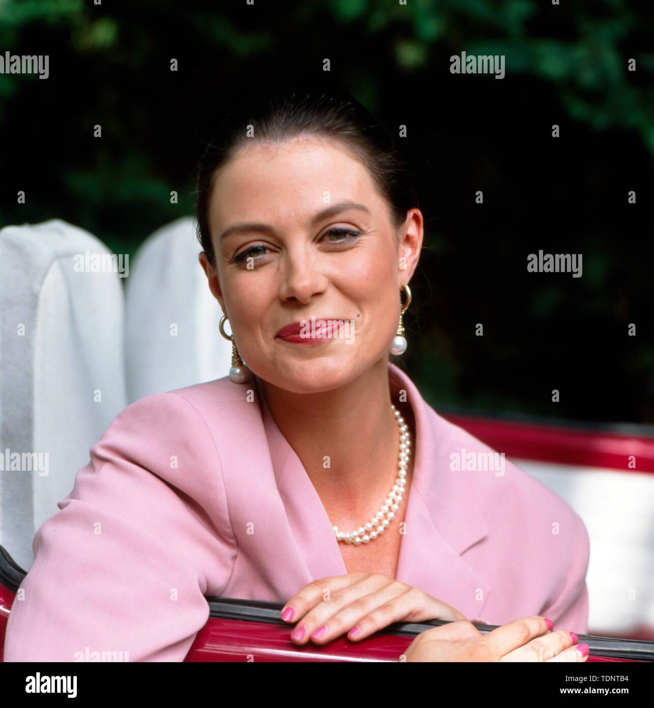 57937429071005 Porträt der Moderatorin Karoline Reinhardt lachend im pinken Käfer vor der  ZDF-Show 'Deutschland