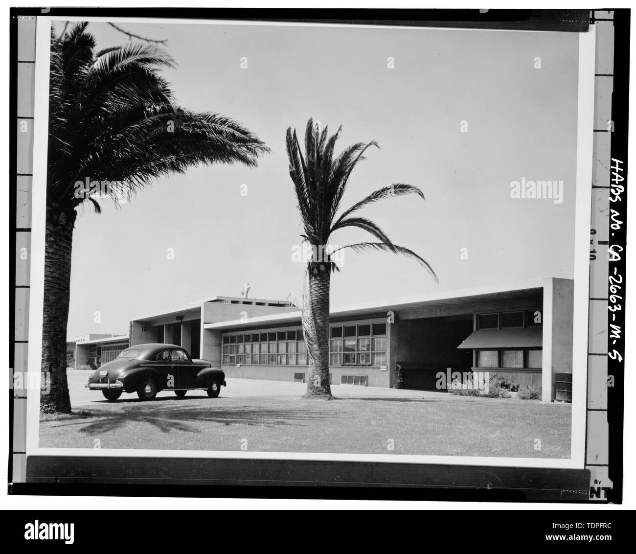 (original located in Command Historian's Archives, Naval Facilities Engineering Command, Port Hueneme, California). George E. Kidder-Smith, photographer, April 1945, Photograph -109-1. BUILDING 10, SOUTH SIDE, FACING NORTHWEST - Roosevelt Base, Fleet Landing Building, Bounded by Richardson and Pratt Avenues, Maryland and West Virginia Streets, Long Beach, Los Angeles County, CA - Stock Image