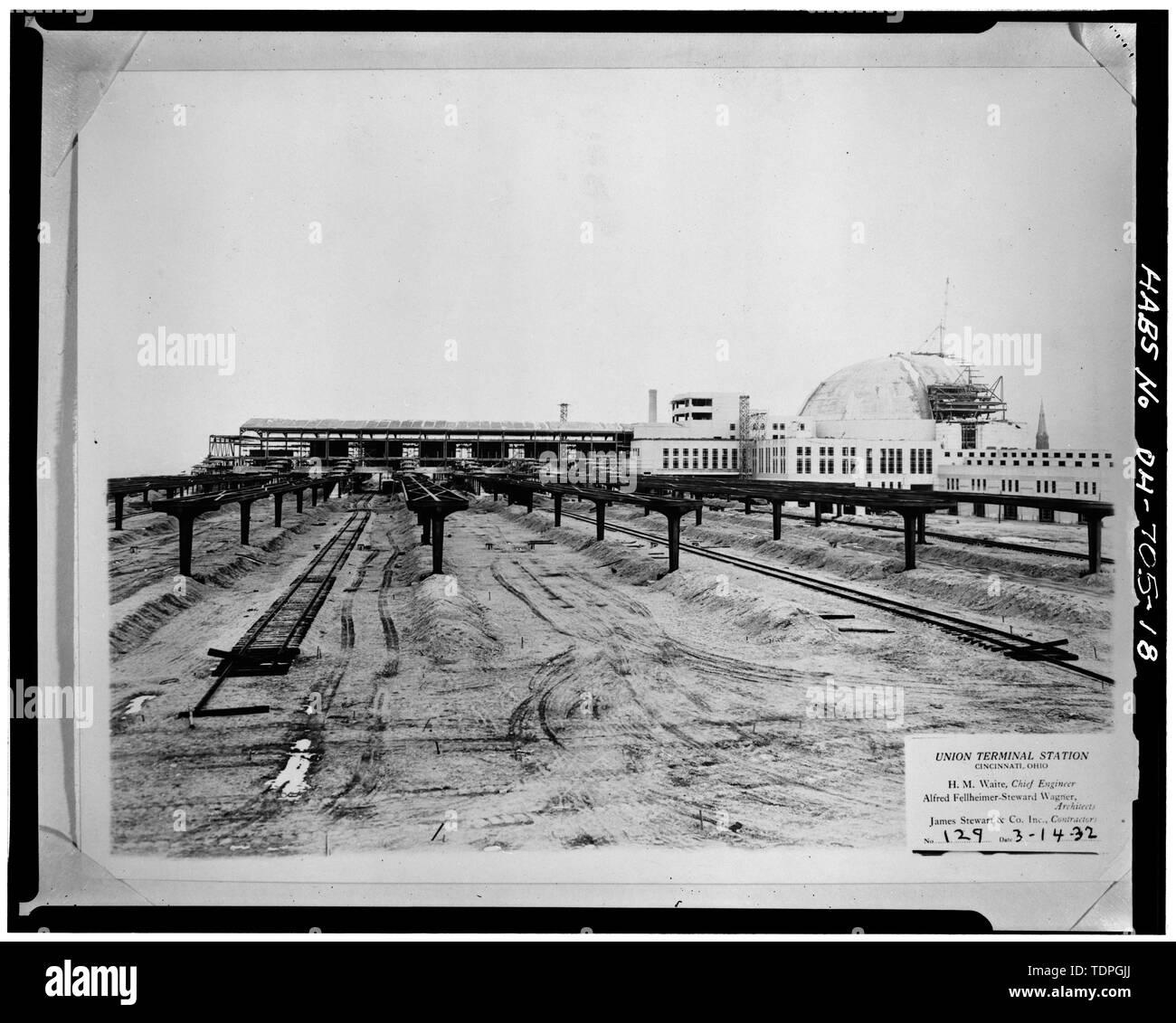 FOUNTAIN AND CASCADE, LOOKING EAST FROM THIRD LEVEL OF TERMINAL - Cincinnati Union Terminal, 1301 Western Avenue, Cincinnati, Hamilton County, OH - Stock Image