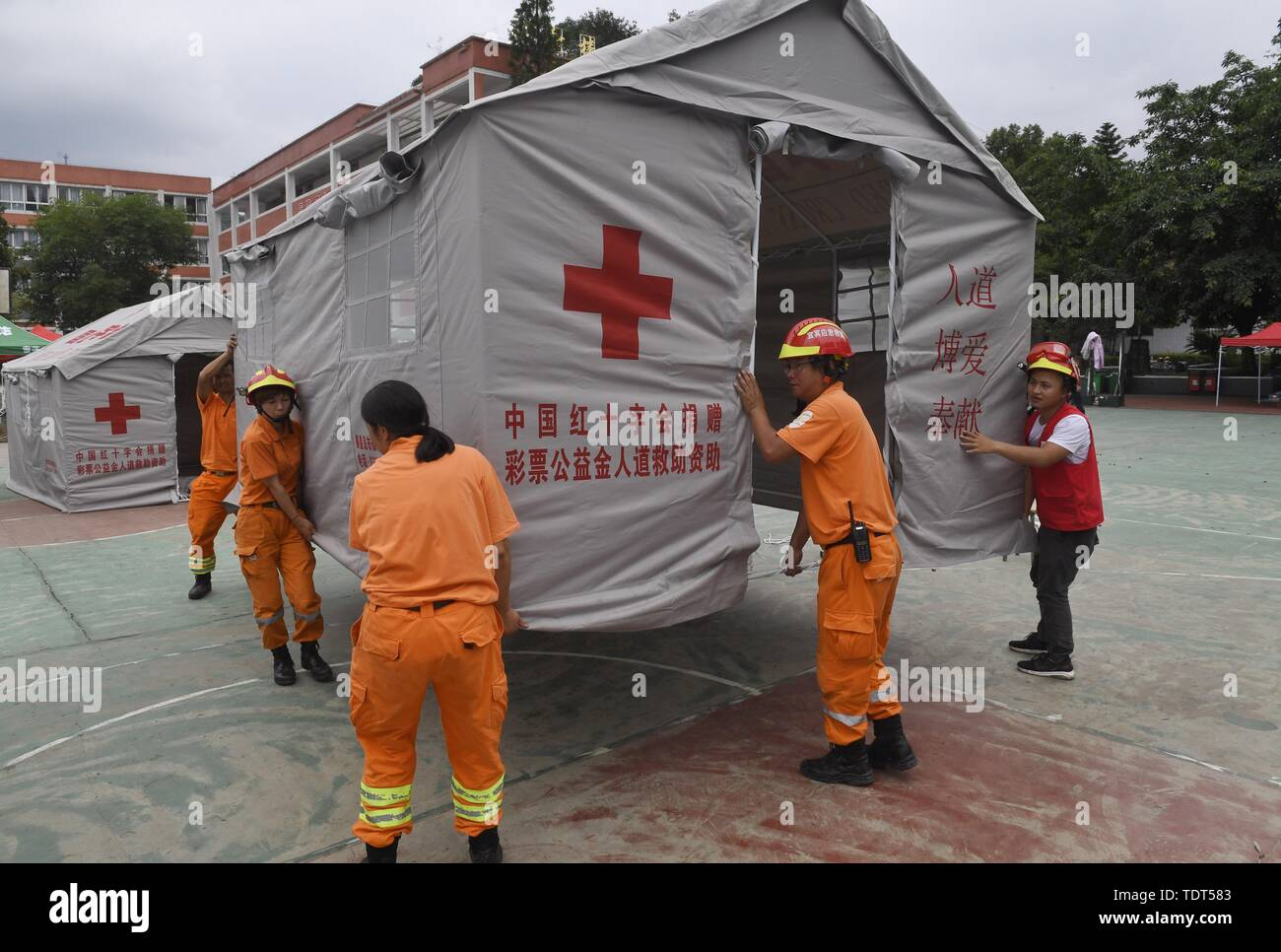 Changning, China's Sichuan Province. 18th June, 2019. Rescue workers put up tents at Shuanghe Town in Changning County of Yibin City, southwest China's Sichuan Province, June 18, 2019. Thirteen people died and 199 were injured after a 6.0-magnitude earthquake hit southwest China's Sichuan Province at 10:55 p.m. Monday, the Ministry of Emergency Management said Tuesday. Credit: Liu Kun/Xinhua/Alamy Live News - Stock Image