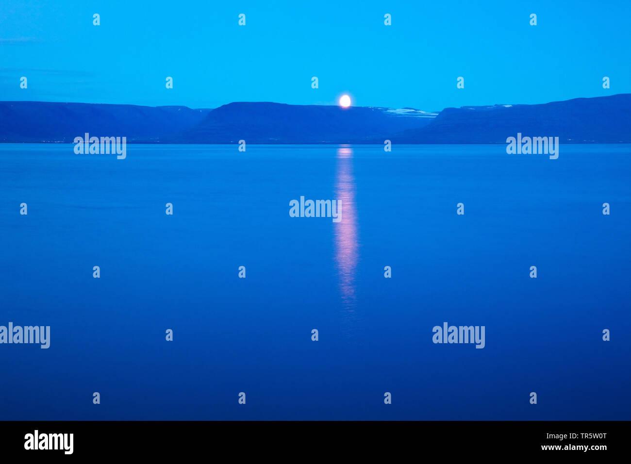 stimmungsvoller Mondaufgang ueber dem Skagafjoerdur, Island, Skagafjoerdur | moonrise over Skagafjoerdur, Iceland, Skagafjoerdur | BLWS466168.jpg [ (c - Stock Image