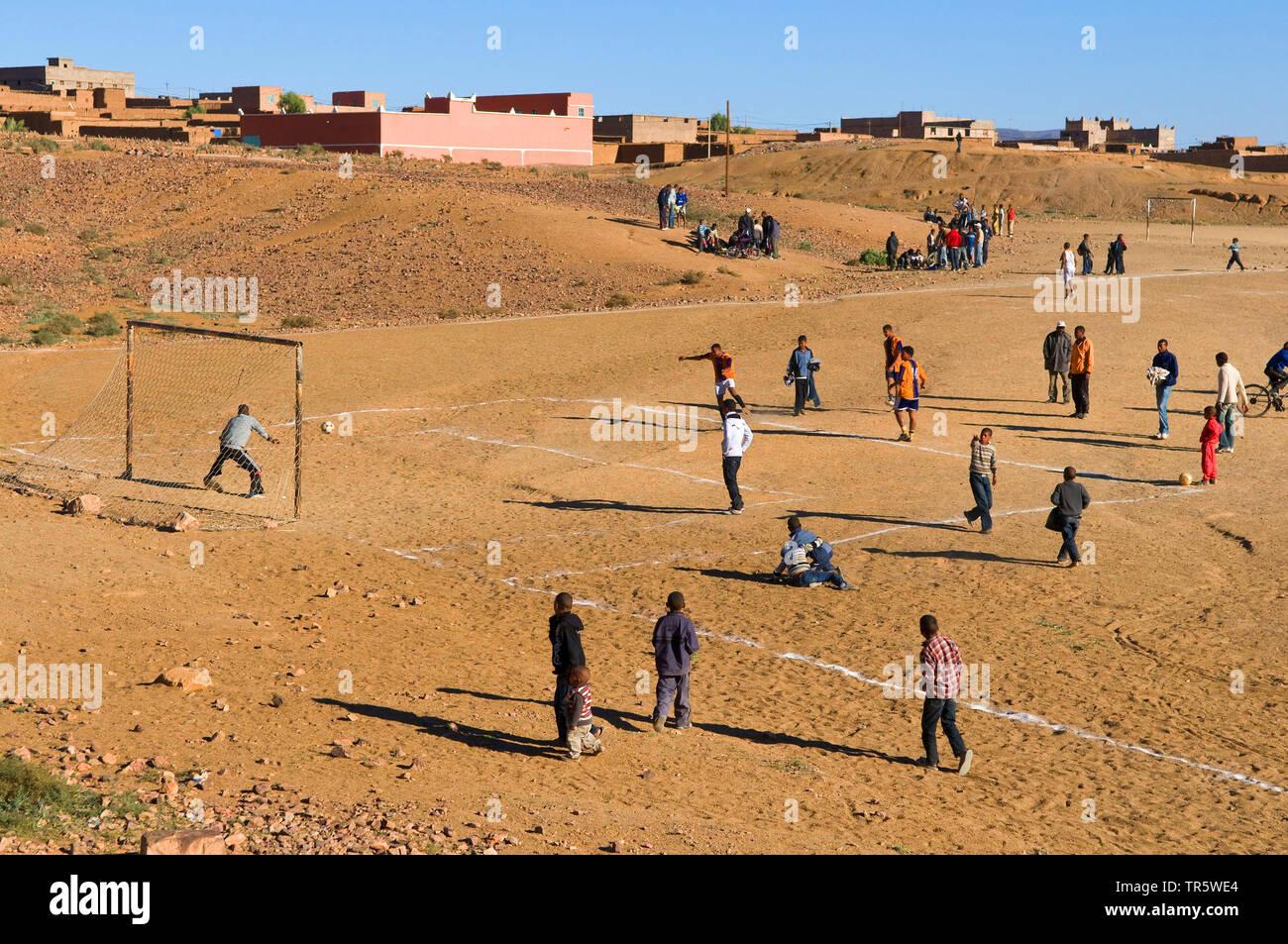 Jugendliche spielen Fussbal im Berberdorf Taourirt, Marokko, Agdz, Taourirt | teenies playing soccer in the Berber village Taourirt, Morocco, Agdz, Ta - Stock Image