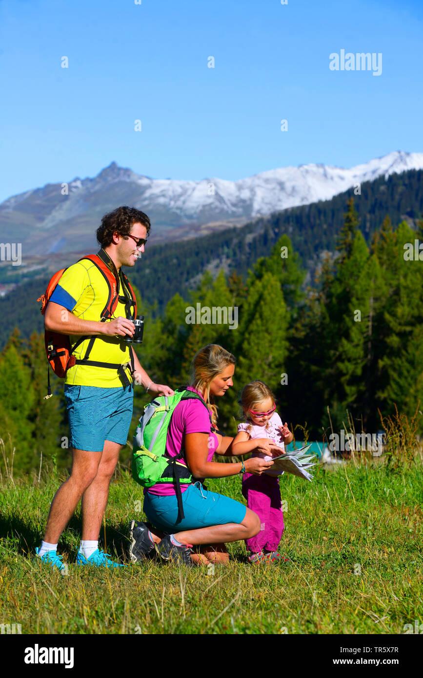 Familie mit kleinem Kind beim Bergwandern bei Sainte Foy, schauen auf die Wanderkarte, Frankreich, Savoy, Tarentaise, Sainte Foy   Family in mountain - Stock Image