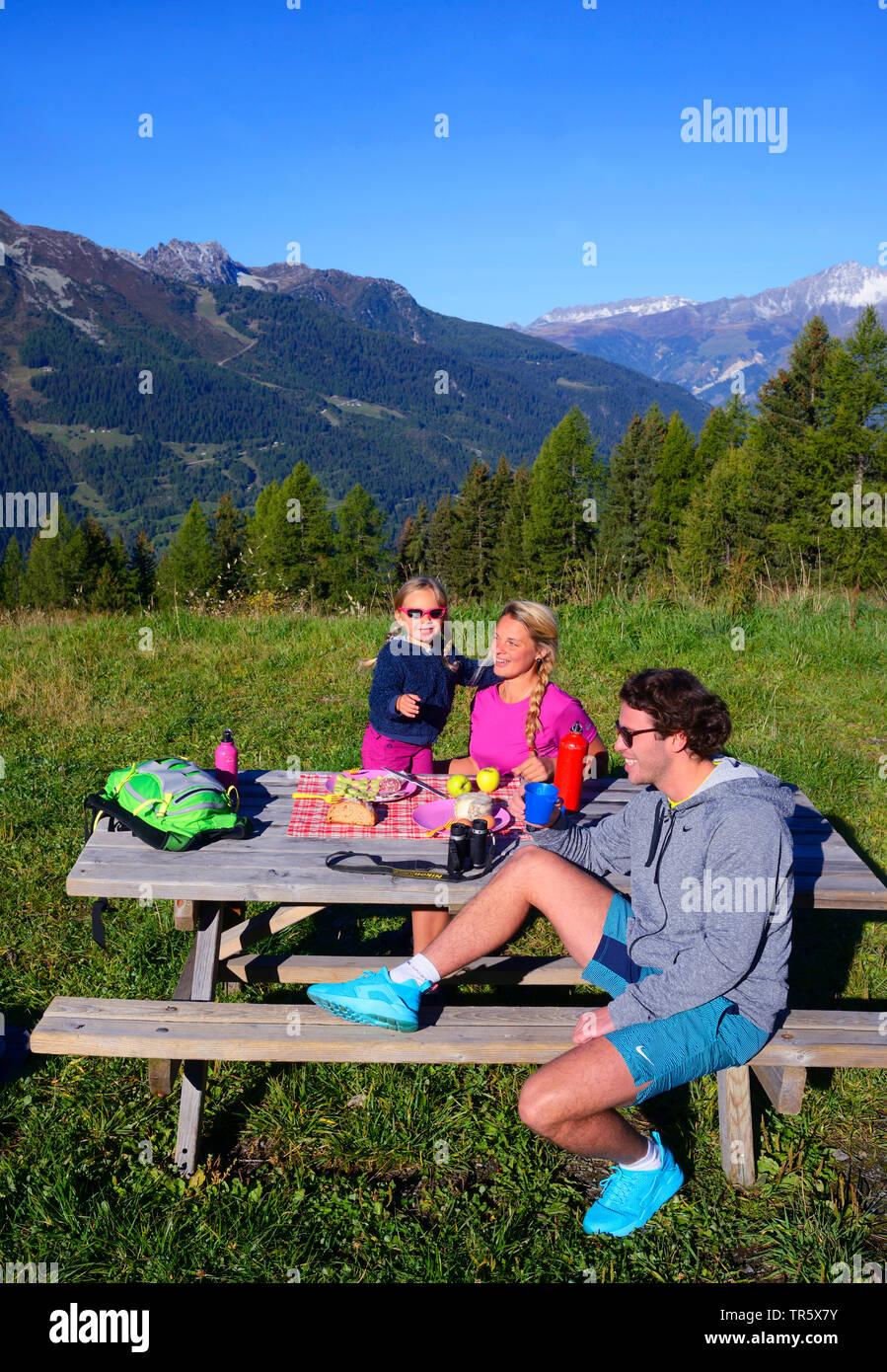 Familie mit kleinem Kind beim Bergwandern bei Sainte Foy, Machen Pause an einem Picknickplatz, Frankreich, Savoy, Tarentaise, Sainte Foy   Family in m - Stock Image