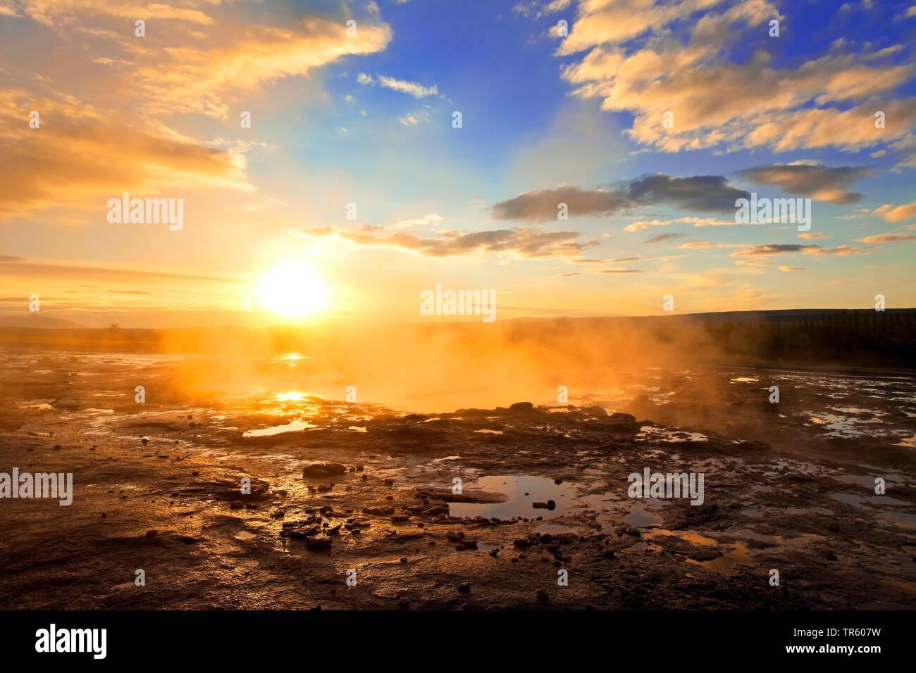 Wasserdampf am Strokkur bei Sonnenaufgang im Hochtemperaturgebiet Haukadalur, Island, Suedisland, Haukadalur, Stokkur   vapor cloud at Strokkur at sun - Stock Image
