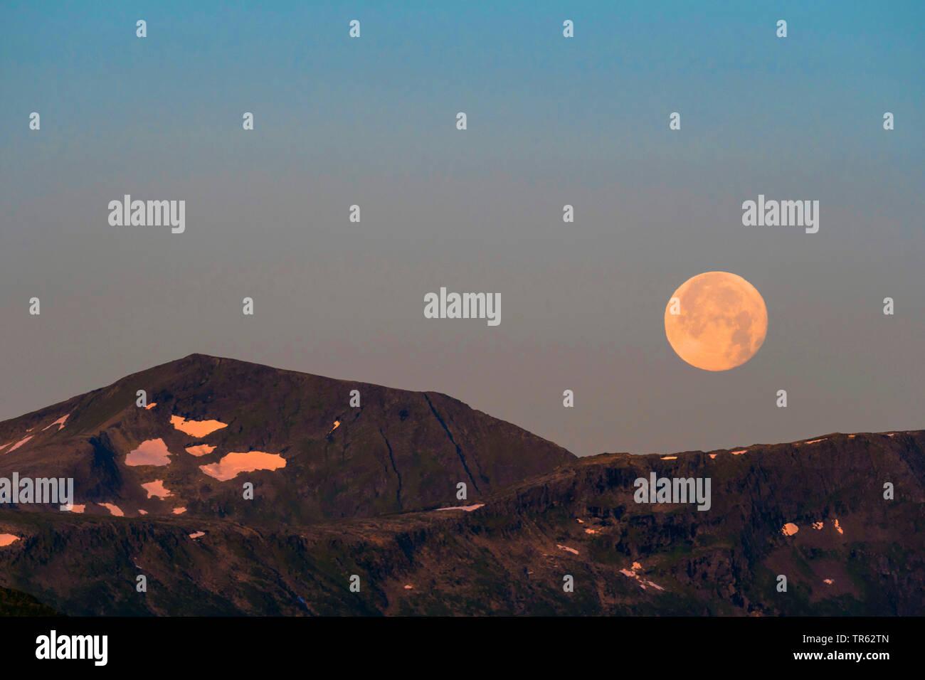 Vollmond ueber den Bergen, Norwegen, Troms, Tromsoe | full moon over the mountains, Norway, Troms, Tromsoe | BLWS471863.jpg [ (c) blickwinkel/H. Baese - Stock Image
