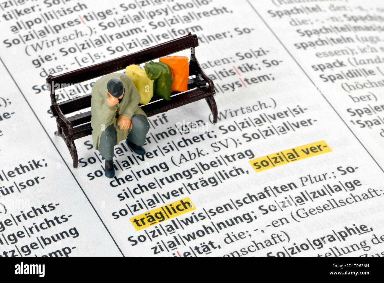 Altersarmut, Mann sitzt auf Parkbank mit Habseligkeiten, Deutschland | old-age poverty, senior sitting on a bench, Germany | BLWS472229.jpg [ (c) blic - Stock Image