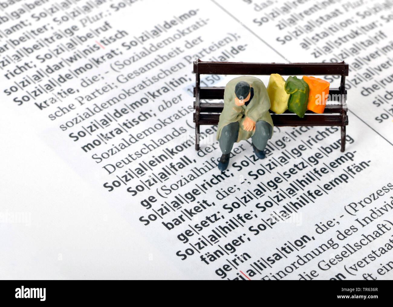 Altersarmut, Mann sitzt auf Parkbank mit Habseligkeiten, Deutschland | old-age poverty, senior sitting on a bench, Germany | BLWS472231.jpg [ (c) blic - Stock Image
