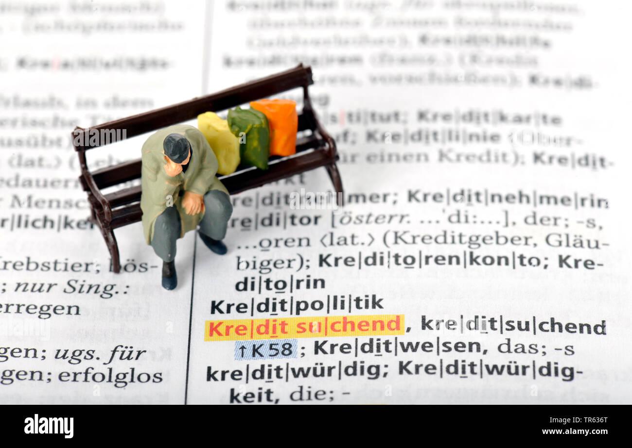 Altersarmut, Mann sitzt auf Parkbank mit Habseligkeiten, Deutschland | old-age poverty, senior sitting on a bench, Germany | BLWS472232.jpg [ (c) blic - Stock Image