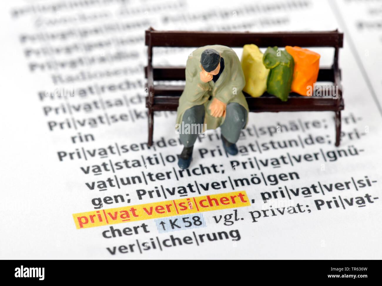 Altersarmut, Mann sitzt auf Parkbank mit Habseligkeiten, Deutschland | old-age poverty, senior sitting on a bench, Germany | BLWS472233.jpg [ (c) blic - Stock Image