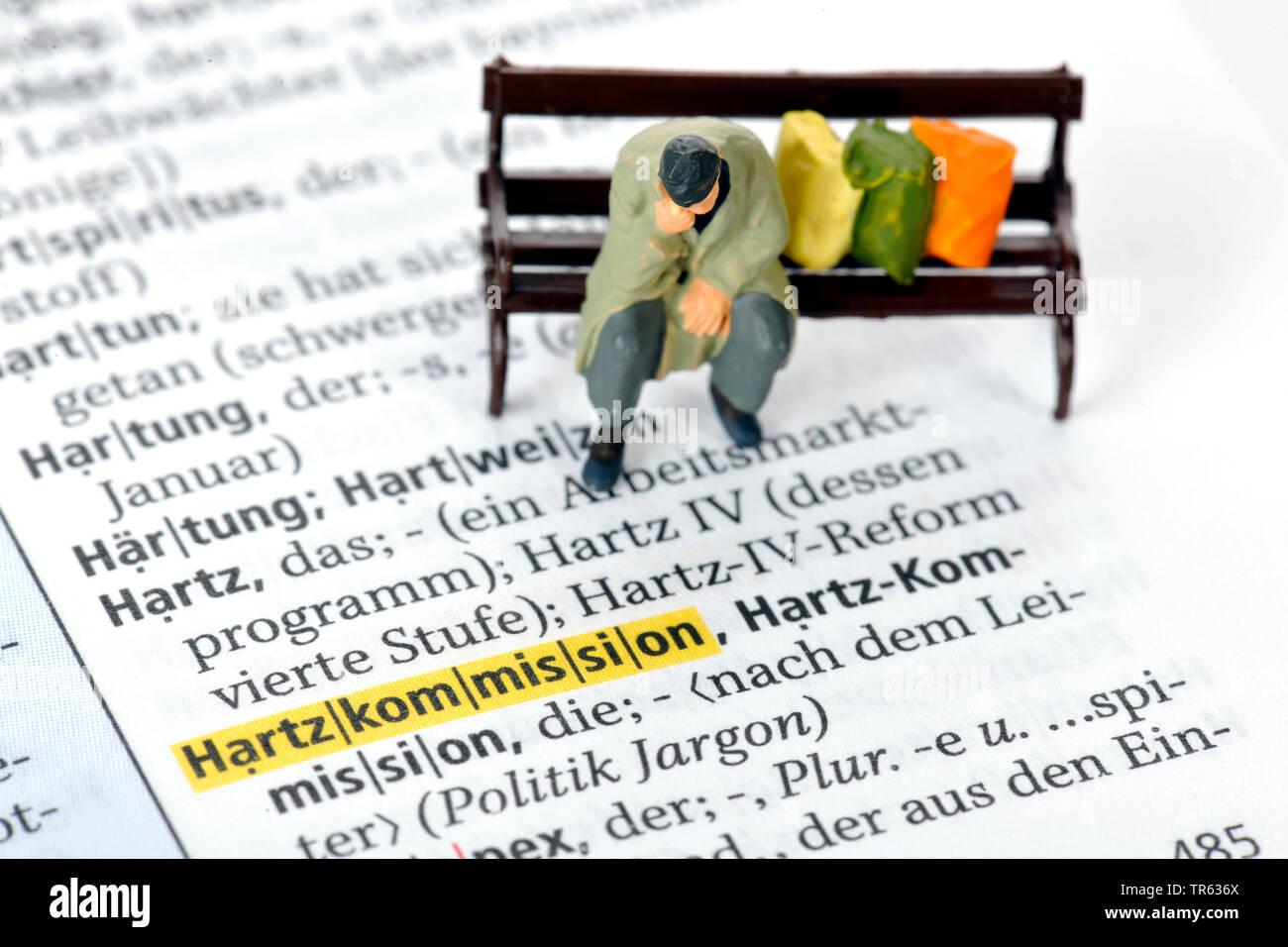 Altersarmut, Mann sitzt auf Parkbank mit Habseligkeiten, Deutschland | old-age poverty, senior sitting on a bench, Germany | BLWS472234.jpg [ (c) blic - Stock Image