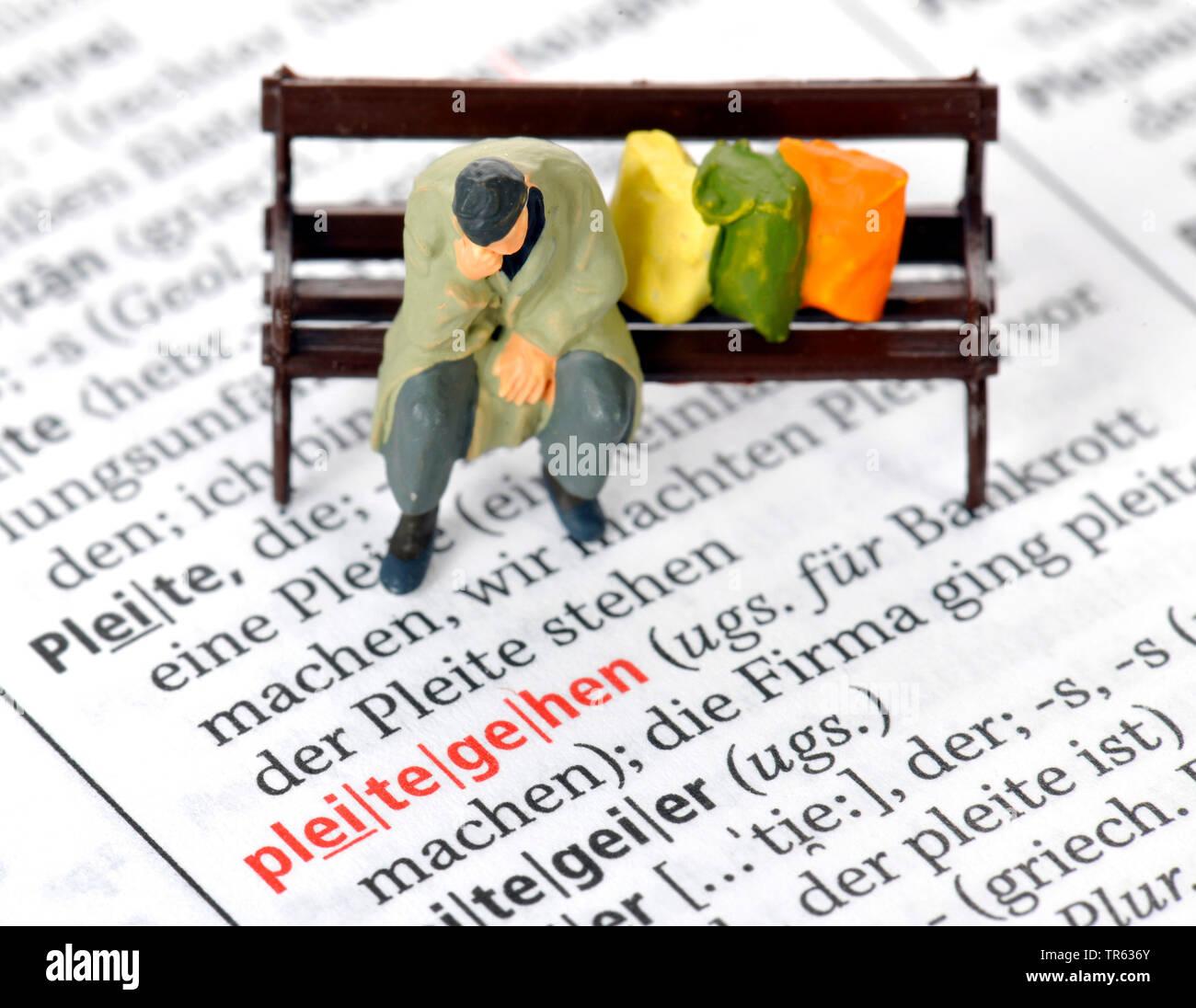 Altersarmut, Mann sitzt auf Parkbank mit Habseligkeiten, Deutschland | old-age poverty, senior sitting on a bench, Germany | BLWS472235.jpg [ (c) blic - Stock Image