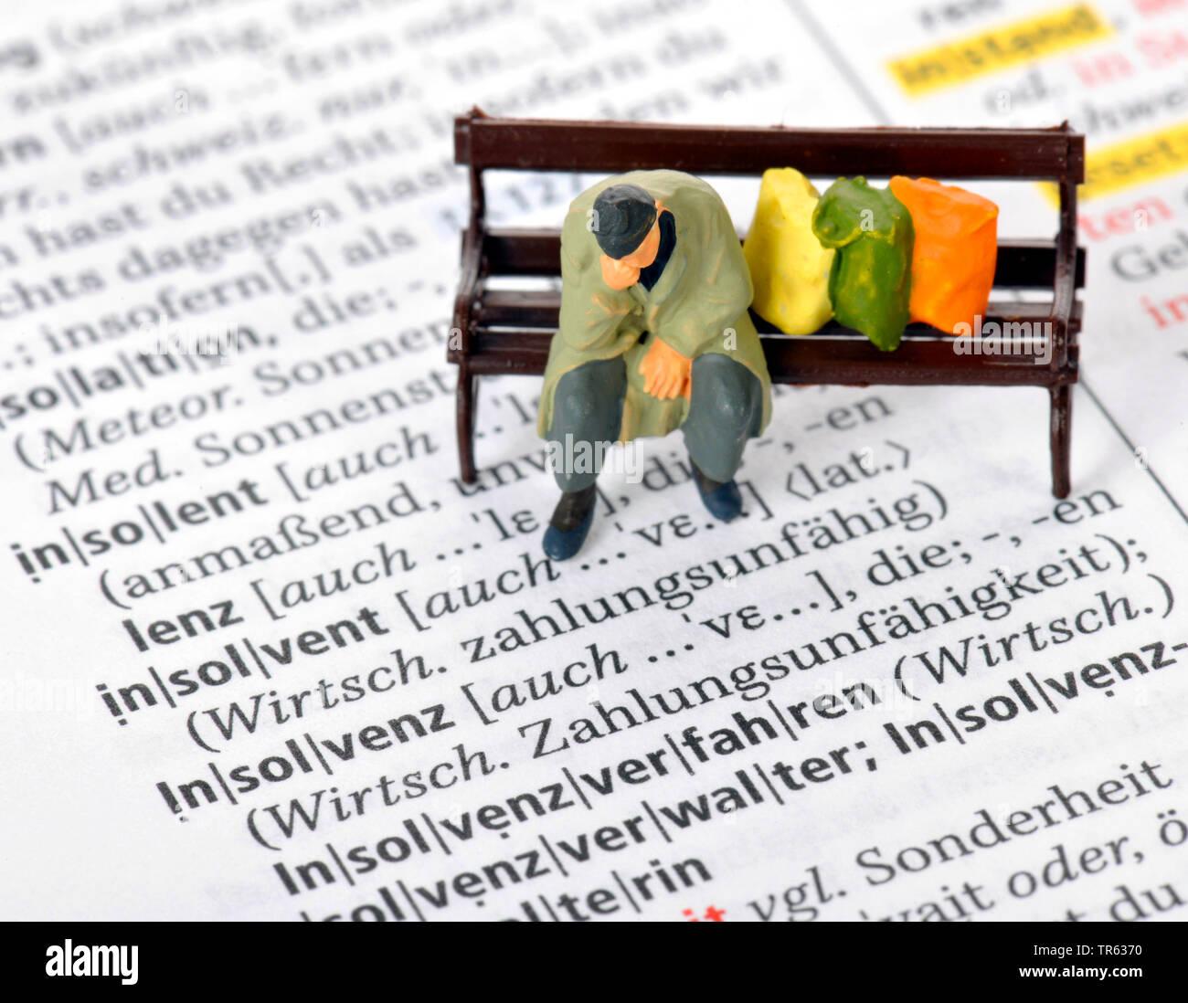 Altersarmut, Mann sitzt auf Parkbank mit Habseligkeiten, Deutschland | old-age poverty, senior sitting on a bench, Germany | BLWS472236.jpg [ (c) blic - Stock Image