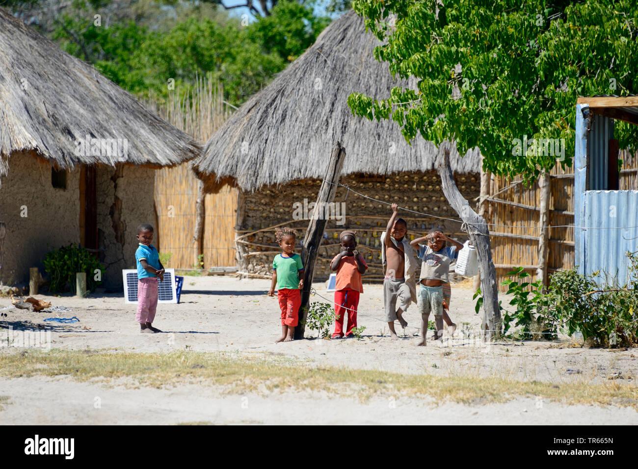 spielende Kinder in einem Dorf, Botswana, Khwai Village   children playing in a village, Botswana, Khwai Village   BLWS474718.jpg [ (c) blickwinkel/Mc - Stock Image