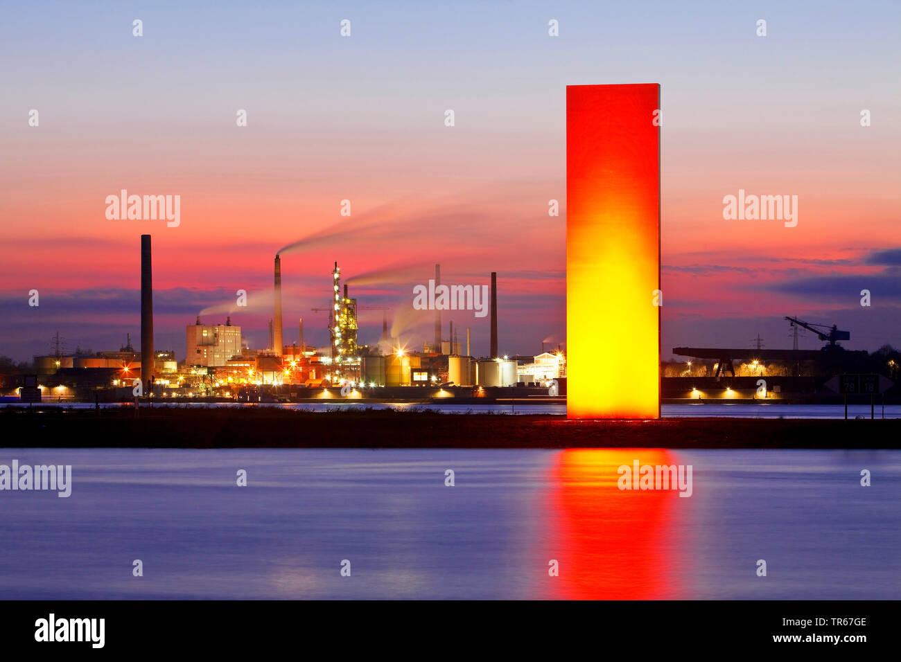 Beleuchtete Skulptur Rheinorange vor Industriepanorama in Duisburg, Deutschland, Nordrhein-Westfalen, Ruhrgebiet, Duisburg   illuminated sculpture Rhi - Stock Image