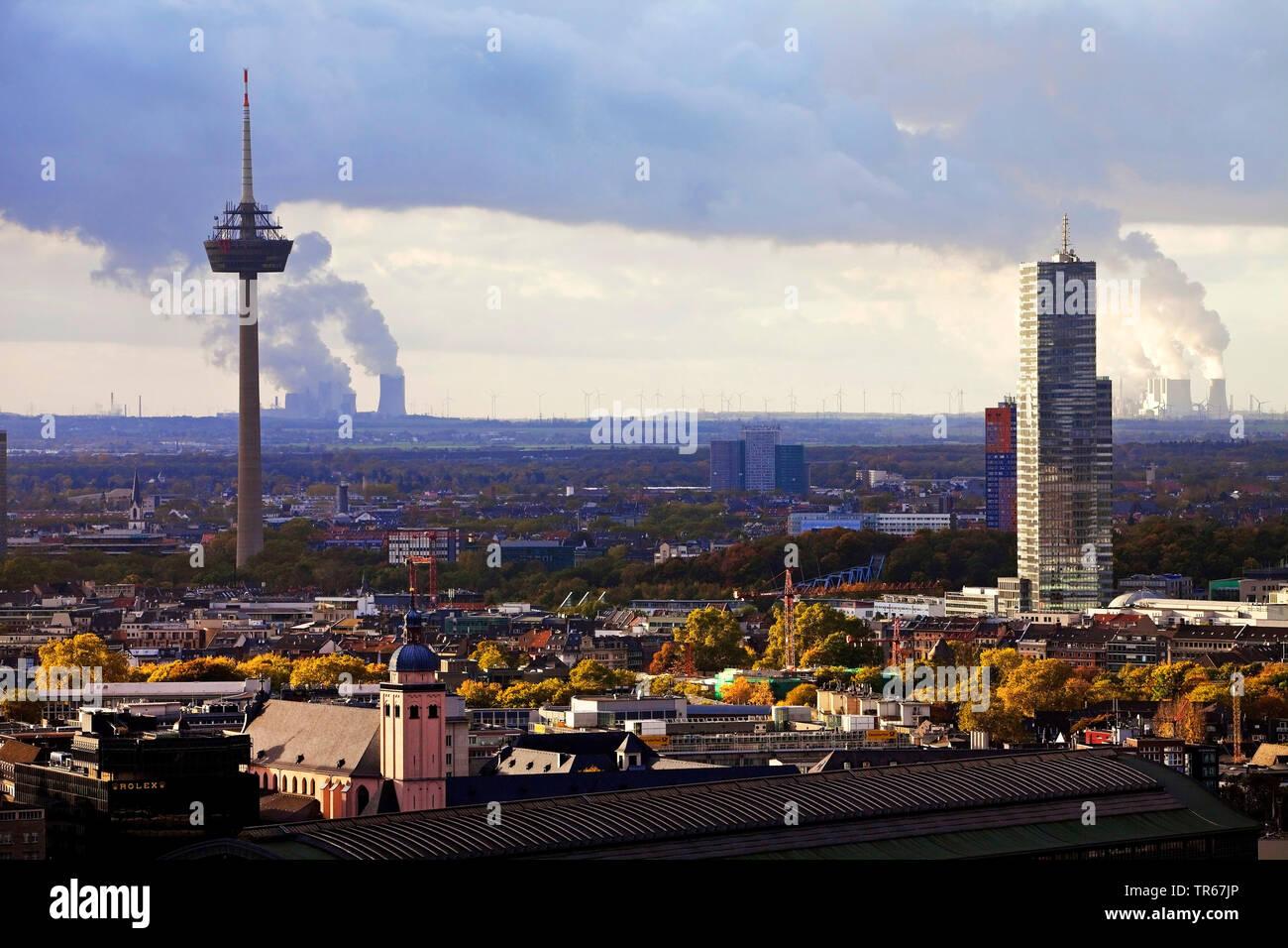 Stadtansicht mit Fernsehturm und Koelnturm mit Kuehlturmschwaden und Braunkohlenkraftwerken im Hintergrund, Deutschland, Nordrhein-Westfalen, Rheinlan - Stock Image