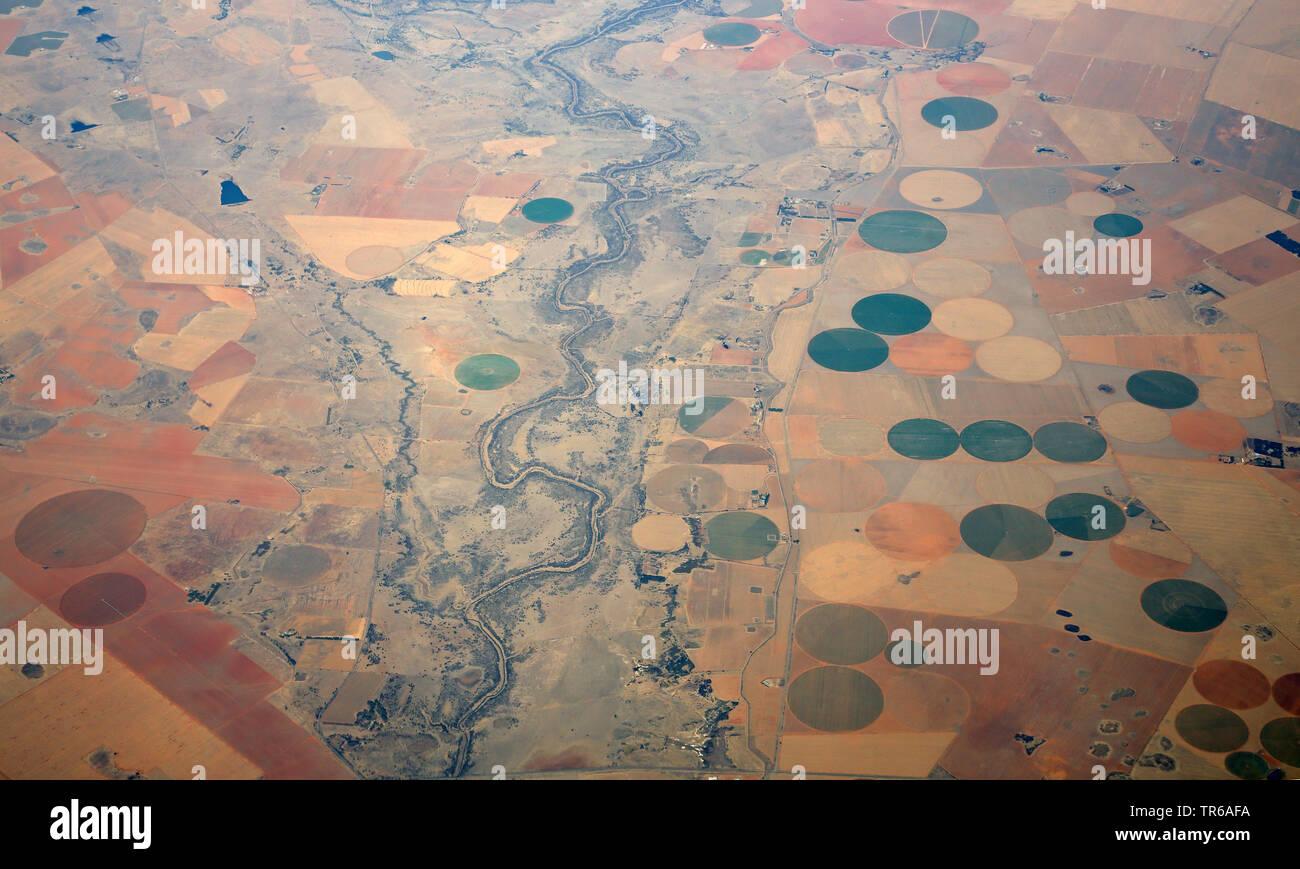 Halbwueste Karoo mit dem Fluss Vaal und bewaesserte Flaechen aus der Luft, Suedafrika | aerial view of Karoo semidesert with Vaall river and irrigated - Stock Image