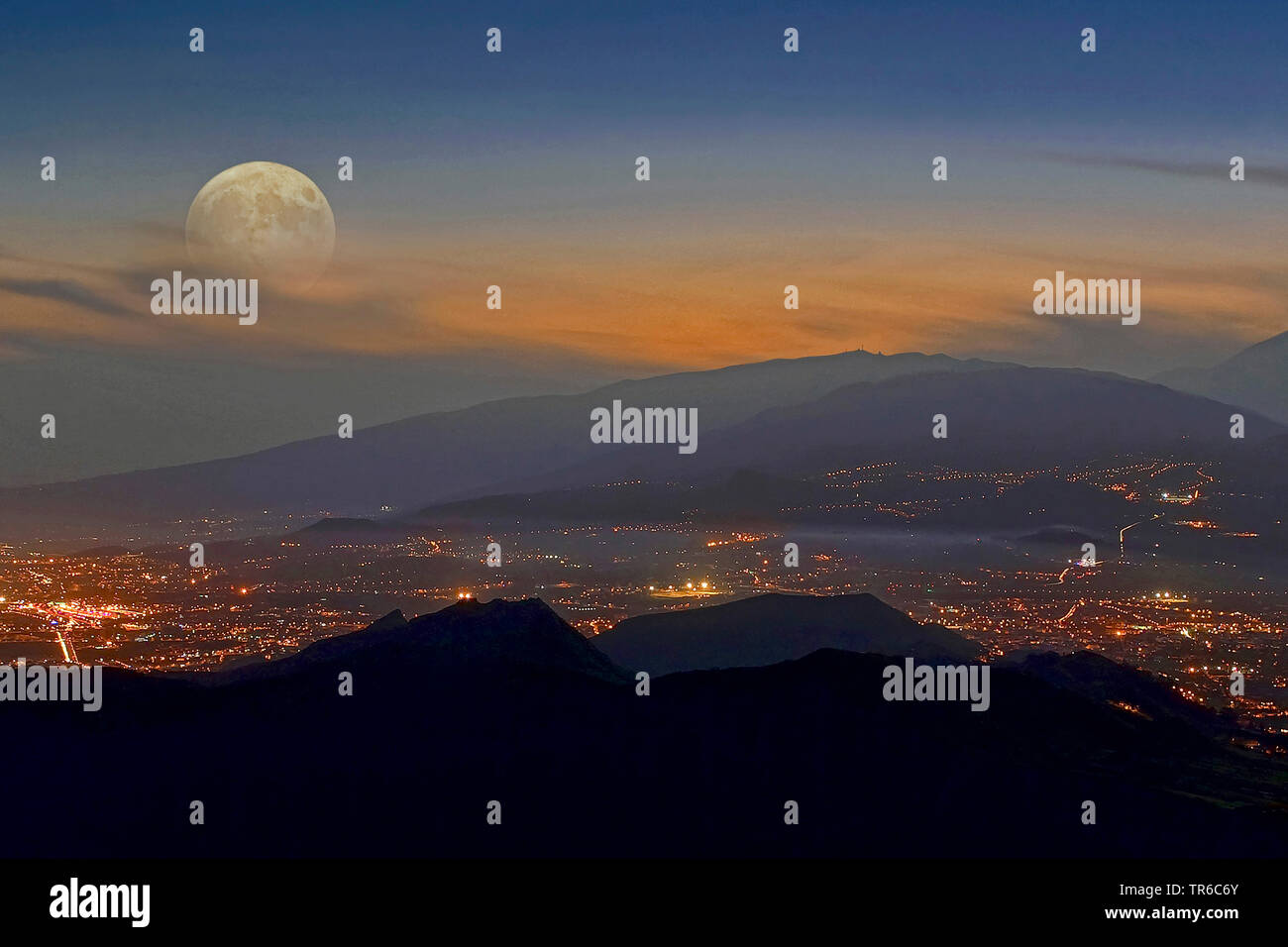 Vollmond ueber dem Pico del Teide, Blick auf Santa Cruz, Kanaren, Teneriffa | full moon over Mount Teide, view of Santa Cruz, Canary Islands, Tenerife - Stock Image