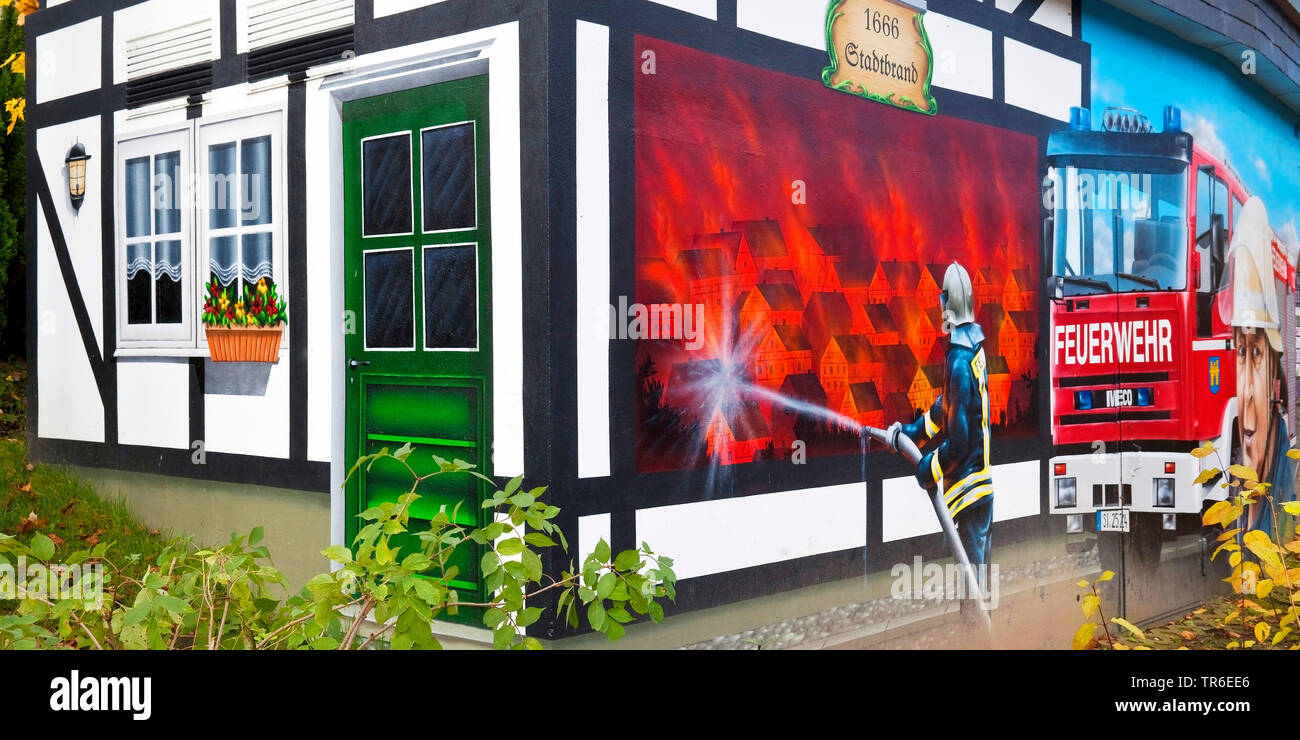 Wandmalerei als Erinnerung an den Stadtbrand in Freudenberg, Deutschland, Nordrhein-Westfalen, Siegerland, Freudenberg | half-timbered house with pain - Stock Image