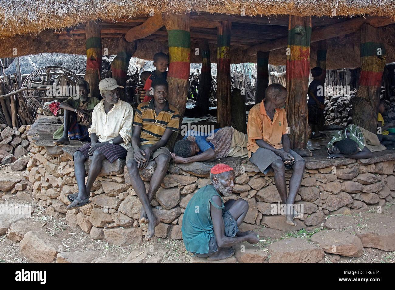 Maenner im Dorf Konzo, Aethiopien | men in village Konzo, Ethiopia | BLWS482369.jpg [ (c) blickwinkel/McPHOTO/S. Wolf-Feix Tel. +49 (0)2302-2793220, E - Stock Image