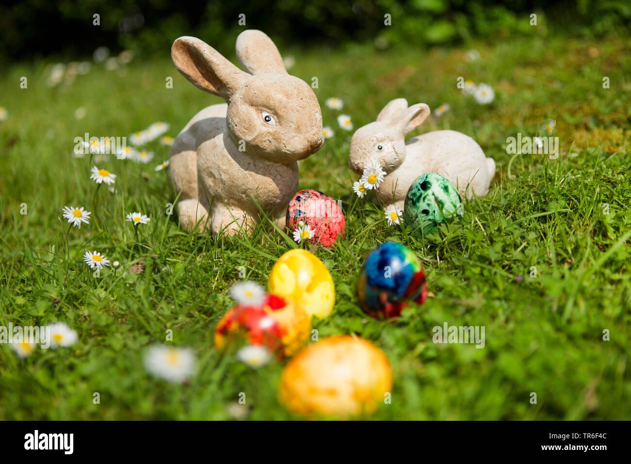 Deko-Osterhasen und bunte Ostereier auf dem Rasen, Deutschland | Easter bunnies and Easter eggs on lawn, Germany | BLWS482611.jpg [ (c) blickwinkel/R. - Stock Image
